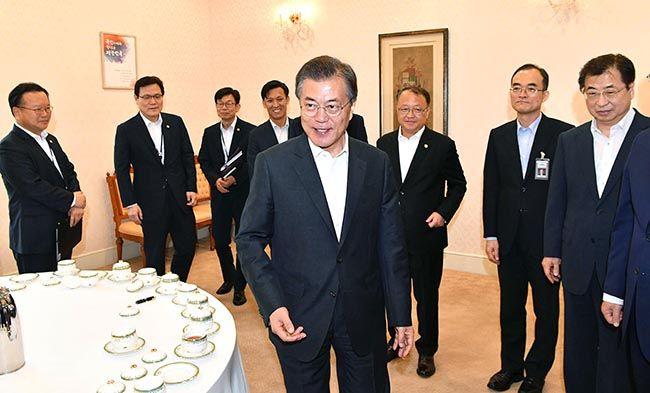 문재인 대통령이 26일 오전 제1차 반부패정책협의회가 열리는 청와대 집현실로 참석자들과 함께 들어가고 있다. /사진=이충우 기자