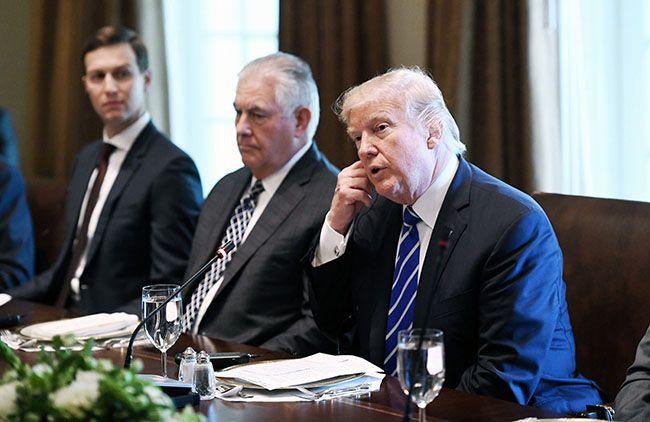 """도널드 트럼프 미국 대통령(오른쪽)이 26일 (현지시간) 워싱턴 DC 백악관에서 마리아노 라호이 스페인 총리와 정상회담을 가진 후 오찬 자리에서 발언을 하고 있다. 이날 트럼프 대통령은 """"대북 군사옵션은 완전히 준비하고 있다""""고 말했다. /사진=EPA연합뉴스"""