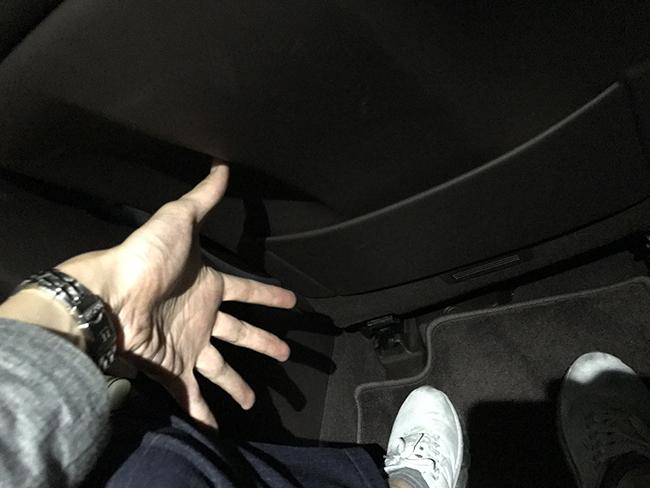 운전석 시트를 가장 편안하게 세팅해뒀을 때, 뒷좌석 레그룸.