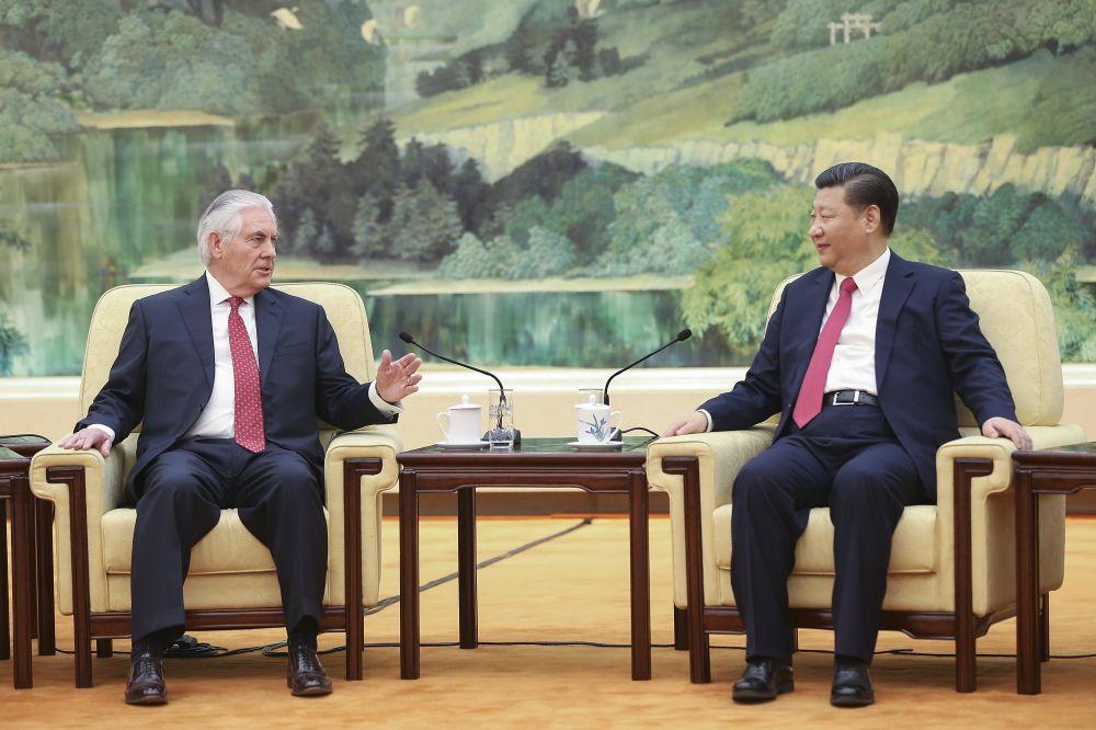 시진핑 중국 국가주석(오른쪽)과 렉스 틸러슨 미국 국무장관(왼쪽)이 지난달 30일 중국 베이징 인민대회당에서 만나 회담하고 있다. 이날 시 주석과 틸러슨 장관은 11월로 예정된 도널드 트럼프 미국 대통령의 국빈방문과 북한 핵 문제 등 양국 현안을 논의했다.