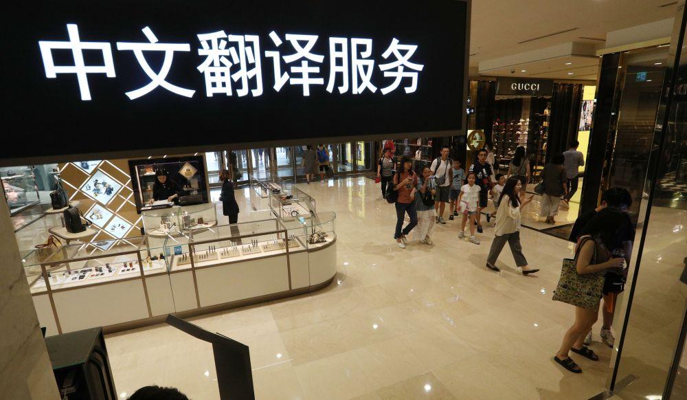 사드보복으로 중국인 관광객 수요가 줄어든 가운데  서울의 한 백하점에서 중국인 관광객들이 쇼핑을 하고 있다. /사진=매경DB
