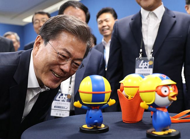 문재인 대통령이 11일 오후 서울 마포구 에스플렉스센터에서 열린 4차산업혁명위원회 출범 및 제1차회의에 앞서 음성인식이 가능한 인공지능 캐릭터로봇 뽀로롯과 대화하고 있다. /사진=이충우 기자