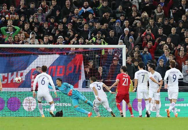 한국과 러시아의 축구 국가대표 평가전 후반. 수비수 김주영의 몸에 맞는 자책골로 두 번째 골을 허용하고 있다./사진=연합