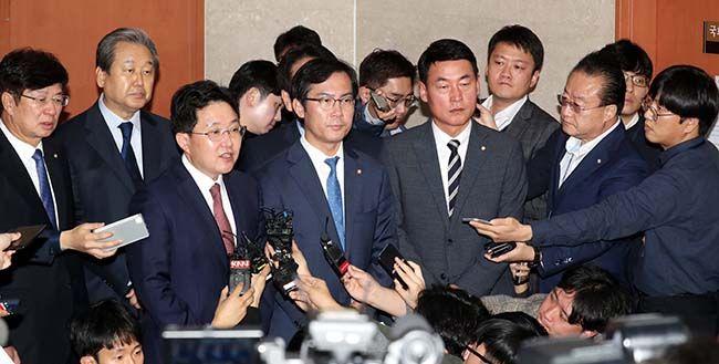 바른정당 김무성·강길부·이종구·김영우·황영철 등 통합파 의원들이 6일 오전 국회 정론관에서 탈당기자회견을 하고 있다. /사진=김호영 기자