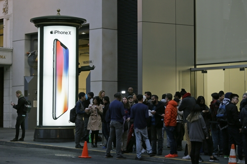 아이폰X이 출시된 지난 3일 미국 샌프란시스코의 애플 매장에서 신제품을 구입하려는 사람들이 행렬을 이루고 있다. /사진=AP 연합뉴스