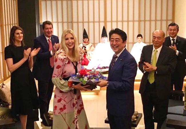 트럼프 대통령의 장녀 이방카(앞줄 왼쪽)가 3일 밤 일본 도쿄에서 아베 신조 일본 총리의 생일 축하 꽃다발을 받는 모습. 이방카의 생일은 지난달 30일이었다. /사진=이방카 페이스북 캡처, 연합뉴스