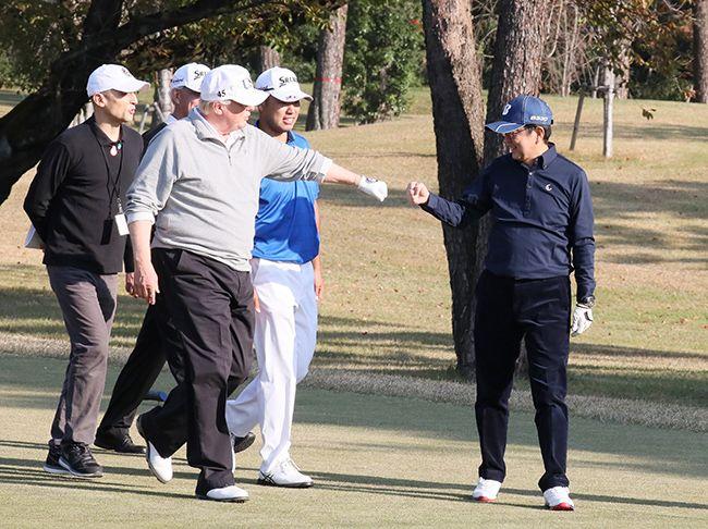 일본을 방문한 도널드 트럼프 미국 대통령(맨앞 왼쪽)이 사이타마현 가스미가세키 골프장에서 아베 신조 총리(오른쪽)와 골프 라운딩 중 주먹을 맞대고 있다. /사진=연합뉴스