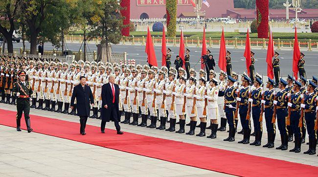 9일 오전 텅 빈 천안문 광장에서 의장대를 사열하는 도널드 트럼프 대통령과 시진핑 중국 국가주석. /사진=연합뉴스