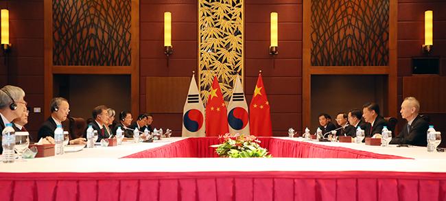 APEC 정상회의 참석 중인 문재인 대통령과 시진핑 중국 국가주석이 지난 11일 오후(현지시간) 베트남 다낭 크라운플라자 호텔에서 한중 정상회담을 갖고 있다. /사진=연합뉴스