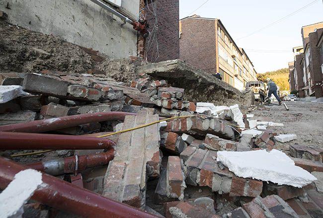 지진이 발생한 지 하루가 지난 16일 오후 포항 북구에 위치한 한 다세대주택의 지진피해 모습. /사진=연합뉴스