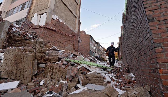 15일 오후 포항시 북구 북쪽 9㎞ 지역에서 규모 5.4의 지진이 발생한 가운데 북구 흥해읍 마산리 대성아파트 외벽과 유리창이 파손돼 있다. /사진 제공=매일신문