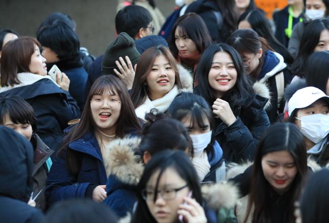 수학능력시험이 치러진 23일 오후 서울  여의도 여의도여고에서 시험을 마친 수험생들이 활짝 웃으며 시험장을 나서고 있다. / 사진=연합뉴스