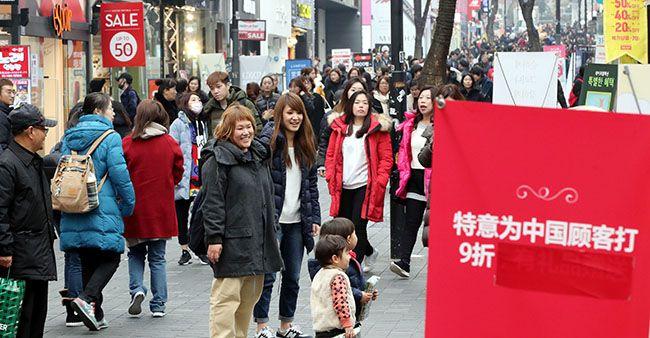 중국이 한국 단체관광을 제한적으로 허용한다고 밝힌 28일 오후 명동의 한 상점이