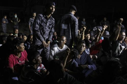 말레이시아 당국이 지난 7월 현대판 노예의 온상이 되고 있는 외국인 불법 노동자 단속에 나서고 있다./사진=EPA 연합