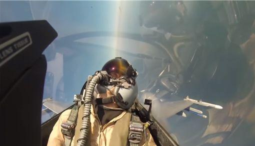 록히드 마틴이 공개한 F-16 조종사의 공중전 훈련 모습. 조종사가 고개를 뒤로 젖힌 것을 볼 수 있다. 유투브에 공개된 7분 43초의 영상 속에서 이 조종사는 300회 이상 고개를 좌우와 위로 움직였다. /출처=유튜브