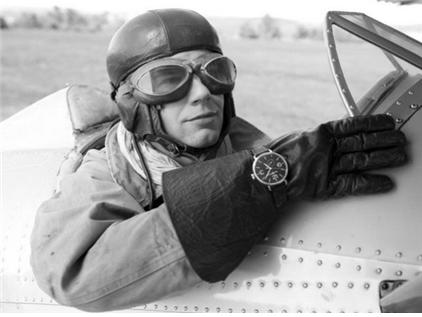제1차 세계대전 당시 조종사의 일반적인 복장 예시. 조종헬멧, 고글, 장갑 위에 찬 벨앤로스 손목시계가 눈에 띈다. 그리고 목에 흰색 실크 스카프를 두르고 있다. /출처=벨앤로스 홈페이지