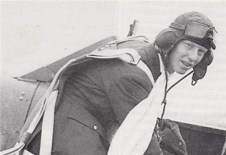 0제2차 세계대전 당시 영국 공군조종사였던 제임스 레이시. 길게 늘어뜨린 스카프를 볼 수 있다. /출처=위키피디아