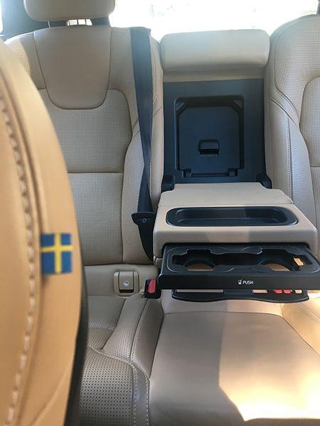 스웨덴 국기가 새겨진 시트. 전날 과음으로 피사체 촛점이 잘 못 맞춰진 데 대해 독자 여러분의 용서를 구합니다.