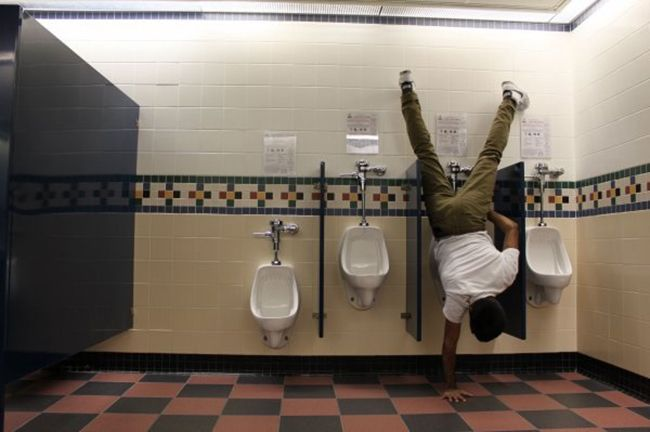 스웨덴 스톡홀름 화장실에서 관광객이 소변을 보기위해
