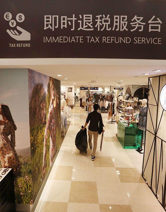 사드보복으로 중국인 관광객 수요가 줄어든 가운데 서울의 한 백화점에서 중국인 관광객들이 쇼핑을 하고 있다. /사진=매경DB