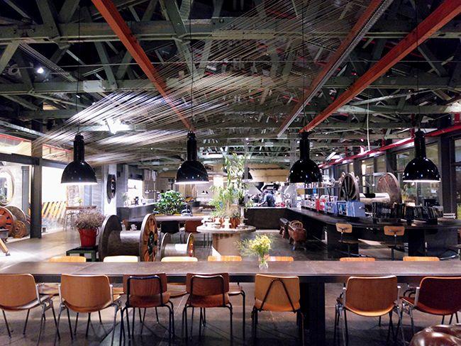 테라로사 커피 부산수영점. 보빈과 와이어 등 공장 옛 모습을 살린 디자인이 눈에 띈다.