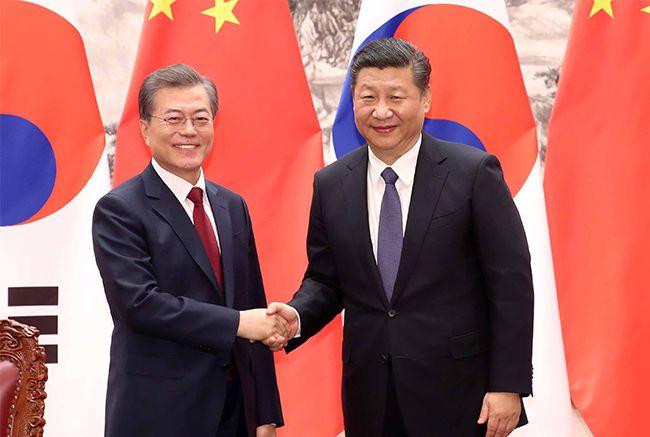 문재인 대통령과 시진핑 국가 주석이 지난 14일(현지시간) 베이징 인민대회당에서 열린 양국 MOU 서명에 앞서 악수하고 있다. /사진=청와대사진기자단
