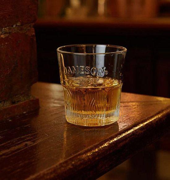 제임슨은 온더락으로 마셔도 좋지만, 물 한 방울, 또는 약간의 물을 섞어 마시면 풍미가 더 좋아진다. /사진=홈페이지 캡처