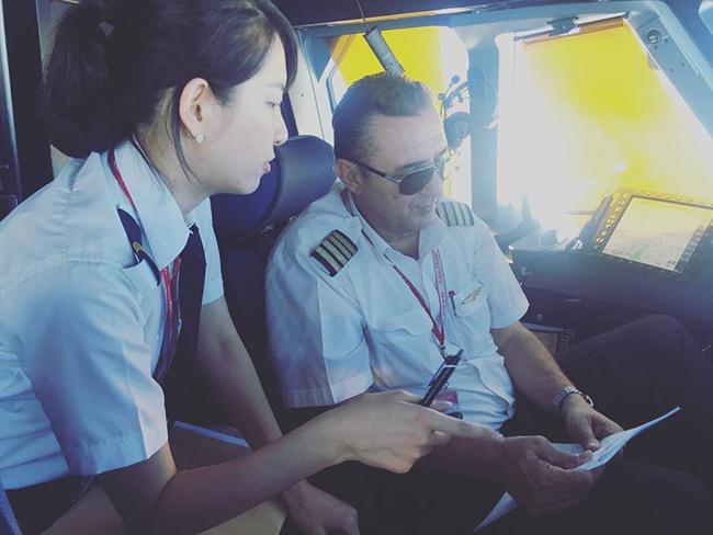 캡틴에게 비행 관련 질문을 받고 답하고 있다