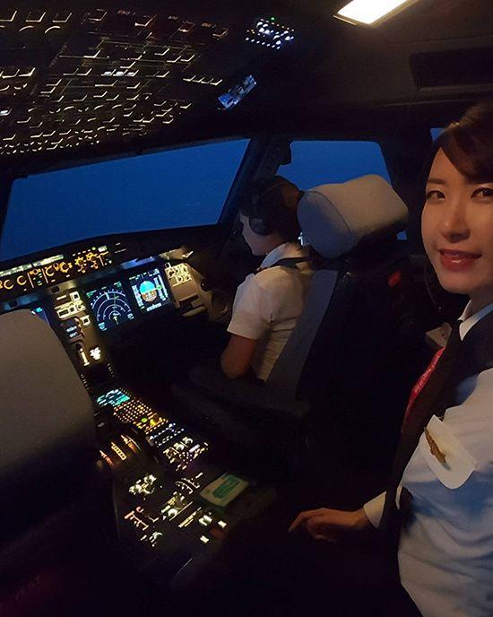 조종석 뒤에 앉아서 비행과정을 참관하고 있는 김씨
