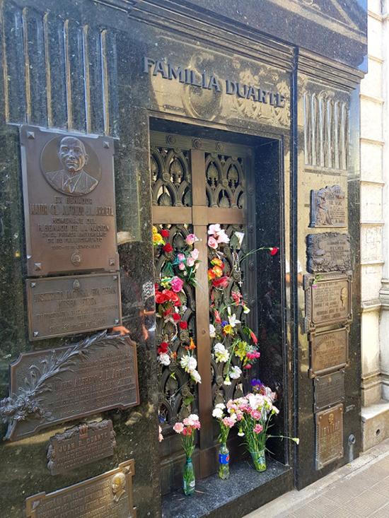 부에노스아이레스 레꼴레따 공동묘지에 있는 에바 페론 묘.