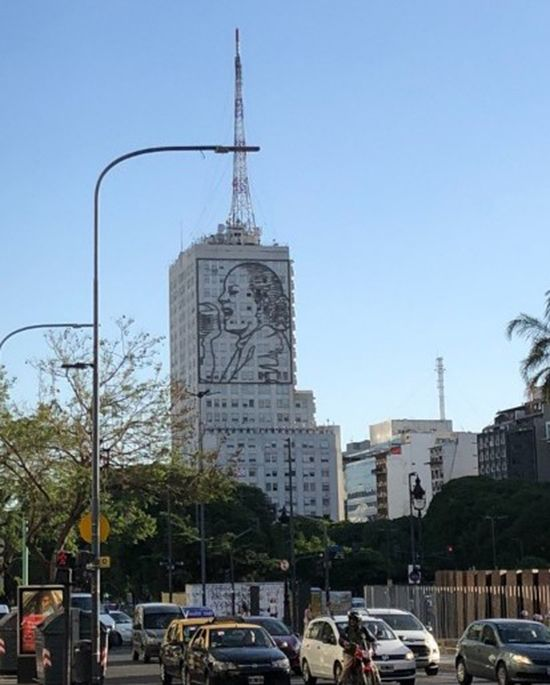 부에노스아이레스 도심 속 전국노동조합(CGT) 건물 외벽의 에비타 그림.