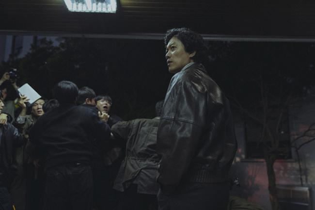 선과 악의 경계에 서는 조반장을 연기한 박희순. 그는 장준환 감독의 단편영화