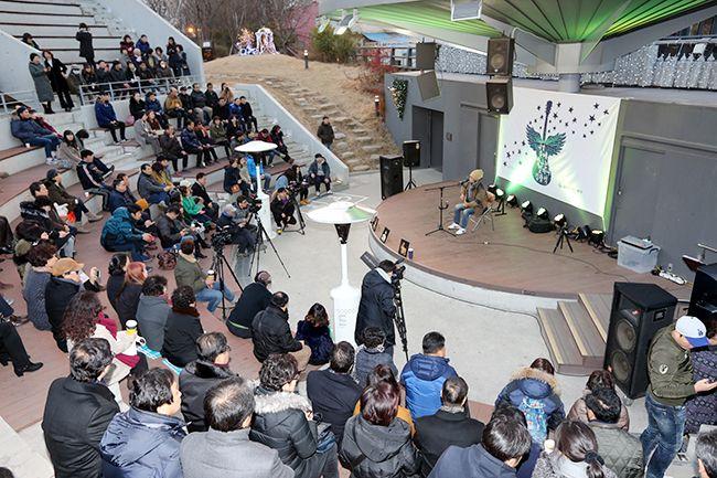 대구 중구 김광석 거리 콘서트홀의 공연 모습 /사진제공=대구 중구청