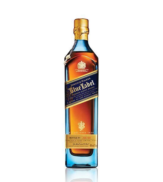 옅은 푸른색 병 안에 조니워커의 최고급 위스키 조니워커 블루가 들어있다. 한 잔에서 복합적인 풍미를 맛볼 수 있다./ 사진=웹사이트 캡처