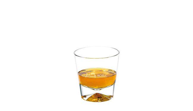 조니워커 블루 원액이 전용잔 안에 들어있다. 조니워커 측은 조니워커 블루를 스트레이트로 마시라고 추천한다. 스트레이트로 마시라고 해서 쭉쭉 들이키라는 것은 아니다. 입을 적실 정도의 소량의 술을 머금고 살살 굴리면서 마셔보자. 신세계가 열릴 것이다./ 사진=웹사이트 캡처