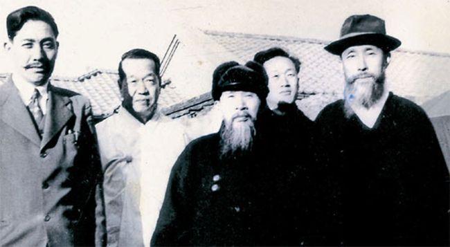 한국 현대 지성사의 한 흐름을 형성한 다석 류영모와 그 제자들. 가운데가 류영모, 오른쪽 끝이 함석헌.