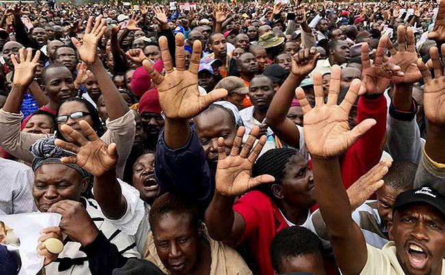 무가베 전 대통령의 퇴진을 촉구하는 짐바브웨 시민들. /사진=AP