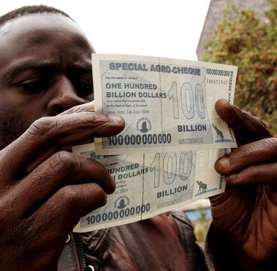 짐바브웨의 하이퍼인플레이션 당시 상황을 상징적으로 보여주는 1000억달러 지폐. /사진=EPA