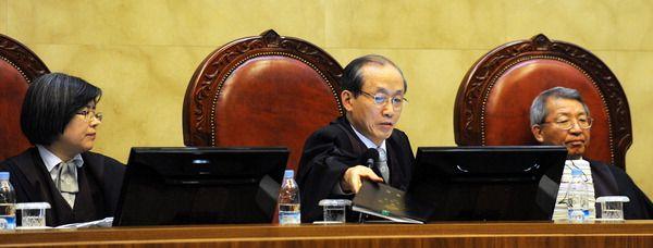이용훈 대법원장(가운데)과 김영란, 양승태 대법관. 양승태 대법관은 이용훈 대법원장에 이어 대법원장을 지냈다.