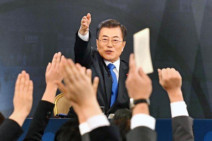 문재인 대통령이 10일 청와대에서 열린 신년기자회견에서 질문하기 위해 손을 든 기자들 중에서 질문자를 지정하고 있다. /사진=청와대 사진기자단