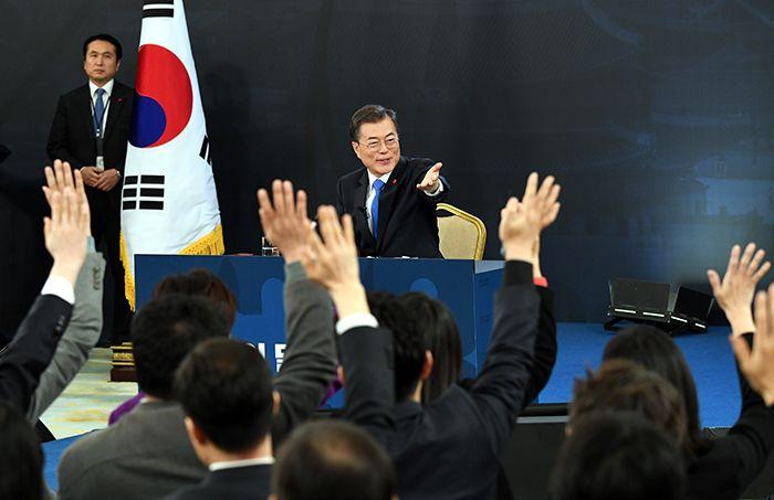 지난 10일 오전 청와대 영빈관에서 열린 신년기자회견서 문재인 대통령이 질문할 기자를 지명하고 있다. /사진=청와대사진기자단