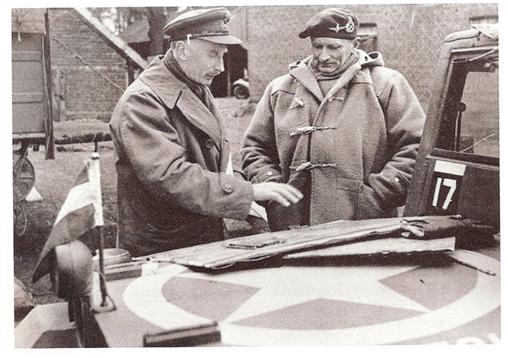 제2차 세계대전 당시의 사진. 더플 코트를 입은 몽고메리 장군이 리퍼를 입은 캐나다군 장교로부터 보고를 받고 있는 모습이다. /출처=대영제국 박물관 홈페이지