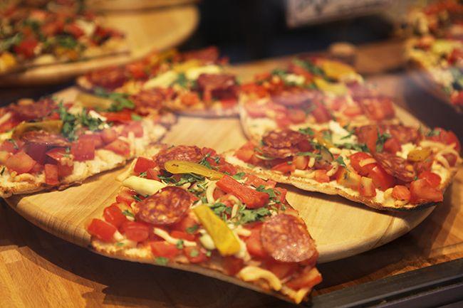 나폴리 거리의 피자