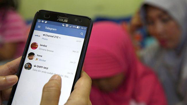 인도네시아 한 사용자가 텔레그램을 사용하는 모습./사진=EPA