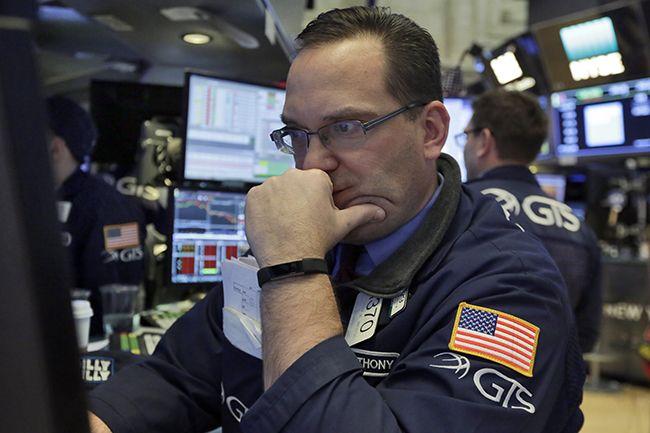 미국 고용지표 호조에 따른 금리 상승에 뉴욕증시 주요 지수가 급락한 2일(현지시간) 미국 뉴욕증권거래소(NYSE) 입회장에서 한 스페셜리스트가 심각한 표정으로 모니터를 지켜보고 있다. 이날 다우존스30 산업평균지수는 전장보다 2.54% 하락한 25520.96에 거래를 마쳤다. /사진=AP연합뉴스