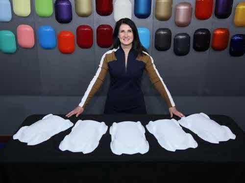 낸시 록하트 엑솔타 글로벌 컬러 마케팅 매니저가 스타라이트를 적용한 자동차 모형을 소개하고 있다. /사진제공=엑솔타