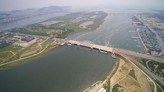 낙동강 하굿둑 모습. /사진 제공=부산시