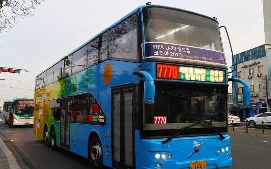 수원역에서 서울 사당역 구간을 운행하는 7770번 2층 버스가 도로를 주행하고 있다. /사진제공=경기도