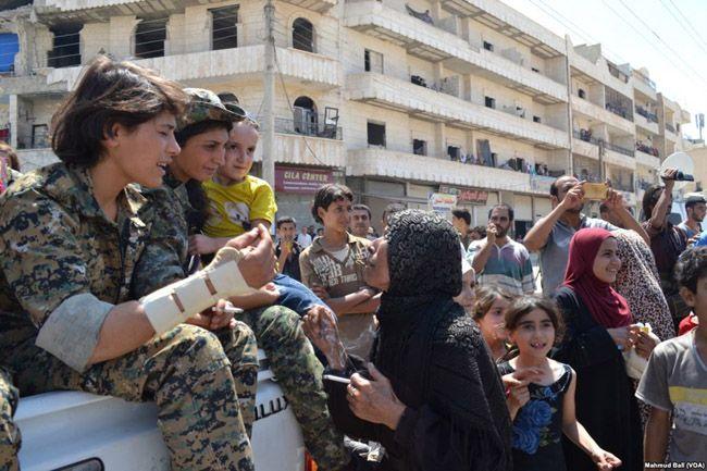 IS가 점령했던 시리아 북부도시 만비즈를 해방시킨 YPJ 여군의 모습/사진=위키피디아
