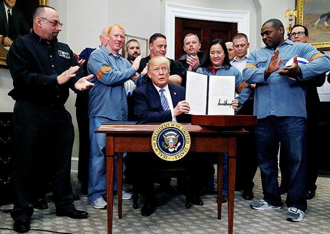 도널드 트럼프 미국 대통령(가운데)이 8일(현지시간) 워싱턴 DC 백악관에서 철강업계 노동자와 노조 인사들이 참석한 가운데 수입 철강과 알루미늄에 각각 25%, 10%의 고율 관세를 부과하는 규제조치 명령서에 서명한 뒤 이를 들어보이고 있다. /사진=EPA연합뉴스